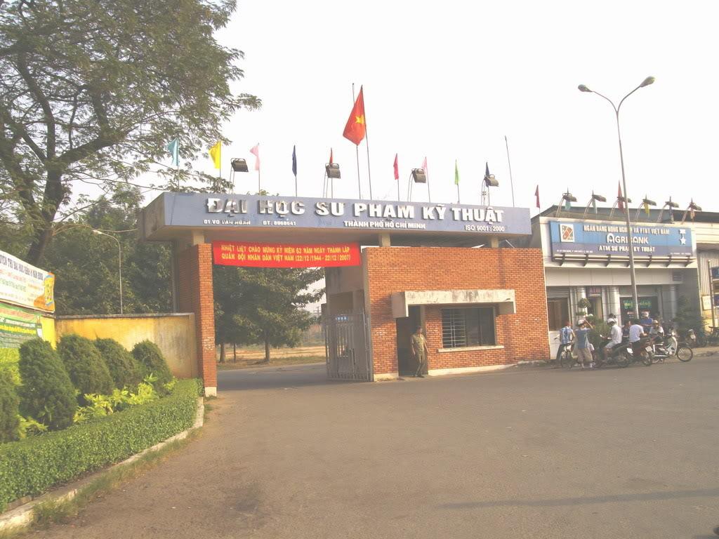 Từ xa lộ Hà Nội, đến ngã tư Thủ Đức rẽ vào Võ Văn Ngân sẽ gặp ngay trường ĐH Sư phạm Kỹ thuật. Đầu tiên sẽ gặp cổng trường, đây là cổng ngoài