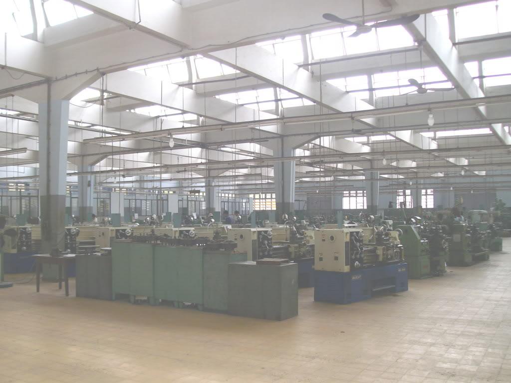 Khu thực hành gia công cơ khí rộng lớn với hàng trăm máy phay, tiện, bào.
